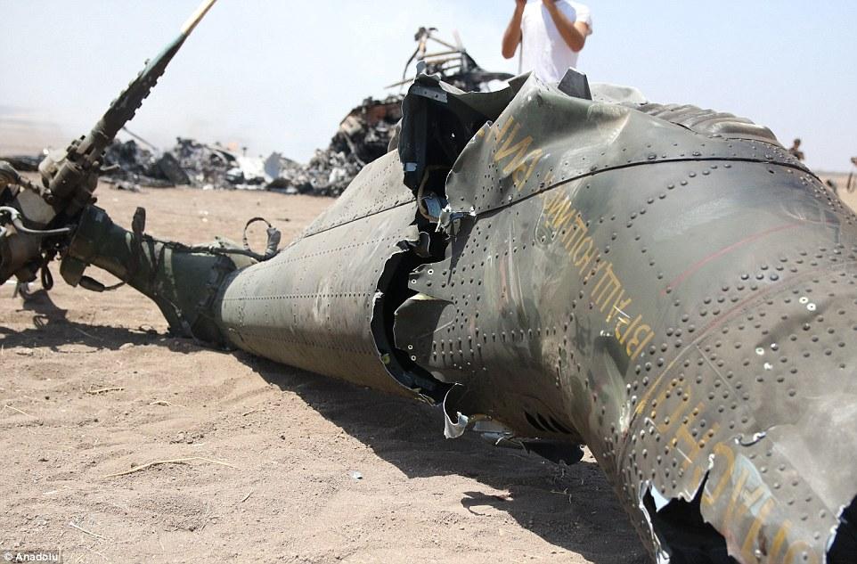 Xác phi công Mi-8 Nga bị đám đông kéo lê trên đất? - 1