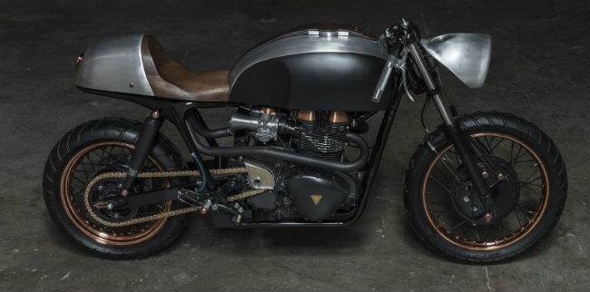 Dựa trên nền tảng chiếc mô tô khủng 2007 Triumph Thruxton 900 trang bị động cơ kép song song, DMOL2 phản ánh triết lý của Thompson về cuộc sống, không chú trọng tới những quy tắc của luật pháp nói chung. Đuôi xe đã cắt cụt đi phần ngọn và trở nên trần trụ cho thấy DMOL2 thể hiện sự  đau đớn  như thế nào trong cuộc sống.