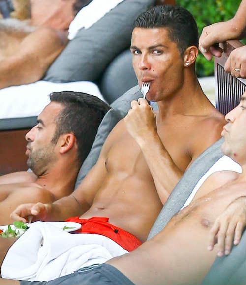 Nghỉ hè ở Mỹ, Ronaldo lộ diện bạn gái mới gây sốt - 1
