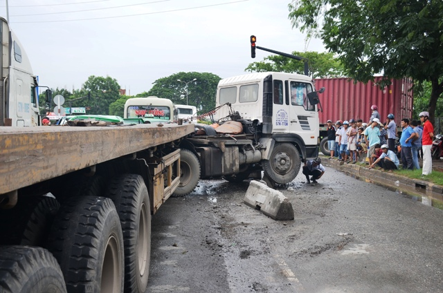 Hãi hùng: Container lao vào dòng xe đang chờ đèn đỏ - 2