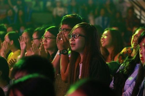 Fan bị chỉ trích vì khóc trong show cuối của 365 - 2