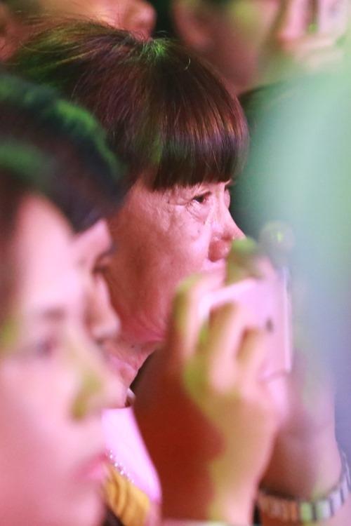 Fan bị chỉ trích vì khóc trong show cuối của 365 - 4