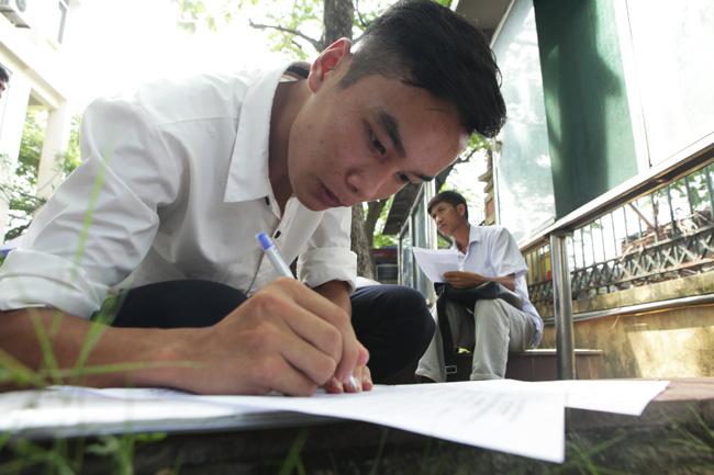 Ảnh: Thí sinh, phụ huynh chen nhau đăng ký hồ sơ xét tuyển đại học - 10