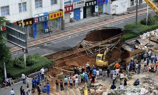 2 người Trung Quốc mất tích trong hố tử thần rộng 600m2 - 1