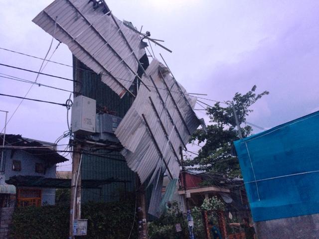 Dông lốc ở ngoại ô Sài Gòn: Gần 100 căn nhà bị tốc mái - 2