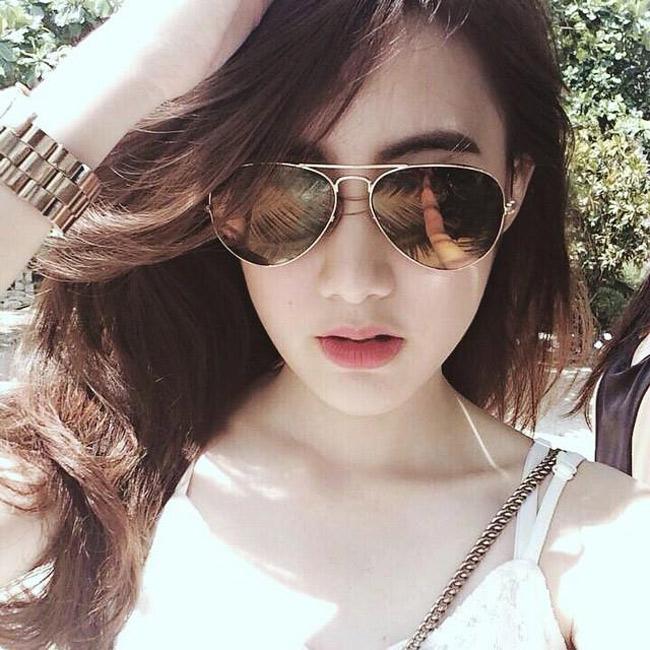 Cô có tên tiếng Việt là Nguyễn Mai Chi, sống tại Lào cùng bố mẹ từ nhỏ.