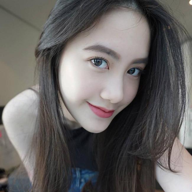Ngay từ khi còn tuổi teen, Mai Chi đã nổi tiếng khắp nước Lào bởi vẻ đẹp đúng chuẩn hot girl: mắt to, da trắng, gương mặt V-line. & nbsp;