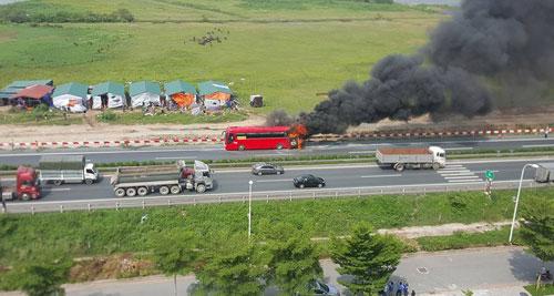 Xe khách 45 chỗ bốc cháy phừng phừng trên cao tốc - 1