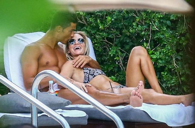 Một loạt các tờ báo uy tín của châu Âu đêm qua đã đưa tin về chuyến nghỉ hè của Cristiano Ronaldo tại Miami. Không phải Ronaldo, chính người phụ nữ kè kè với anh trong loạt hình các phóng viên chụp được mới là tâm điểm của sự chú ý.