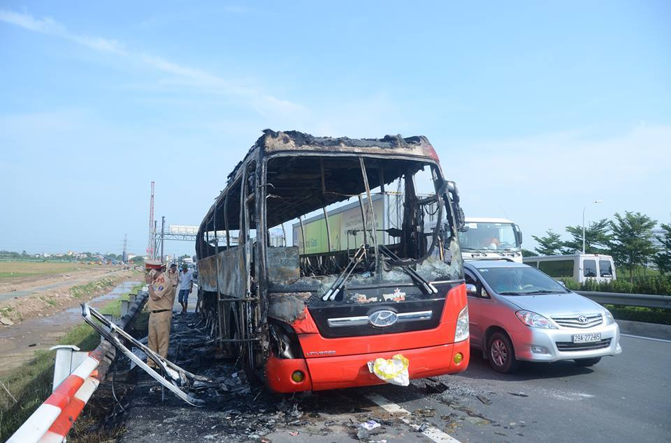Xe khách 45 chỗ bốc cháy phừng phừng trên cao tốc - 2