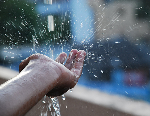 """Bệnh """"rình rập"""" nếu dùng nước mưa không đúng cách - 1"""