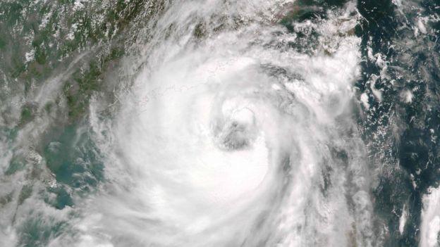 Cây đổ, nhà tốc mái khi bão số 2 càn quét Trung Quốc - 1