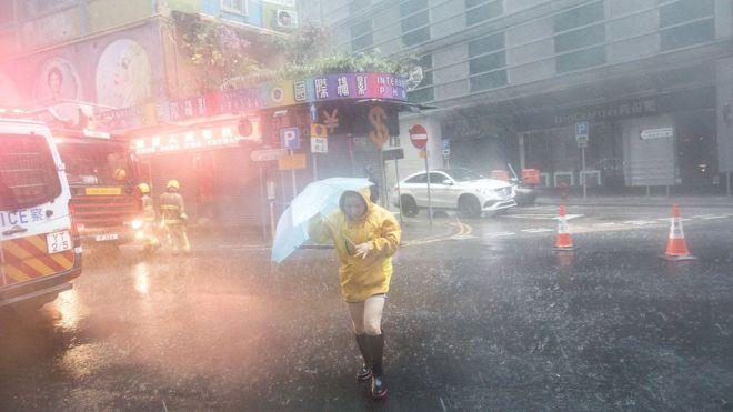Cây đổ, nhà tốc mái khi bão số 2 càn quét Trung Quốc - 4