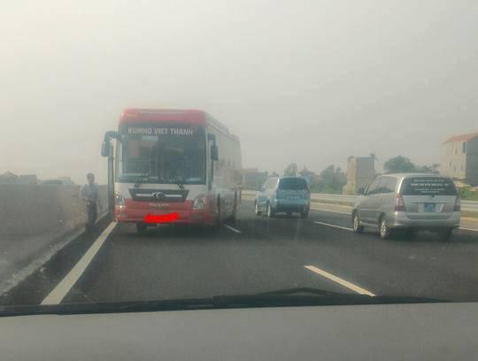 Xe khách chạy ngược chiều 3km trên cao tốc HN-HP - 1