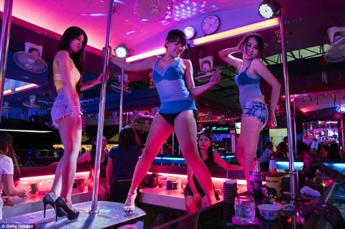 Cận cảnh phố đèn đỏ tấp nập về đêm ở Thái Lan - 3