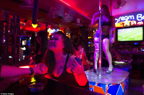 Cận cảnh phố đèn đỏ tấp nập về đêm ở Thái Lan - 4