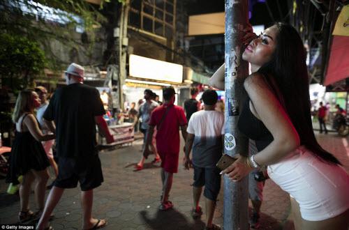 Cận cảnh phố đèn đỏ tấp nập về đêm ở Thái Lan - 5