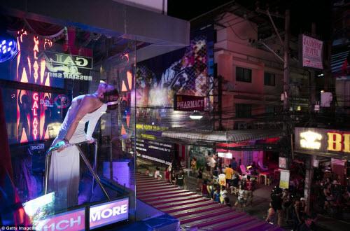 Cận cảnh phố đèn đỏ tấp nập về đêm ở Thái Lan - 9