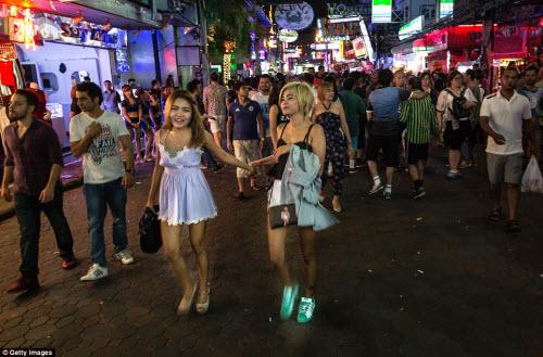 Cận cảnh phố đèn đỏ tấp nập về đêm ở Thái Lan - 10