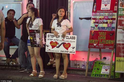 Cận cảnh phố đèn đỏ tấp nập về đêm ở Thái Lan - 11