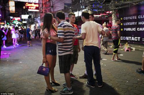 Cận cảnh phố đèn đỏ tấp nập về đêm ở Thái Lan - 12