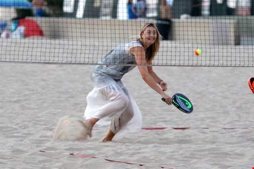 Không thi đấu Olympic Rio, Maria Sharapova chơi tennis bãi biển - 3