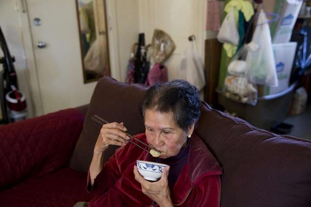 Bà cụ Việt Nam ở Mỹ quét rác nuôi 3 cháu khôn lớn - 3
