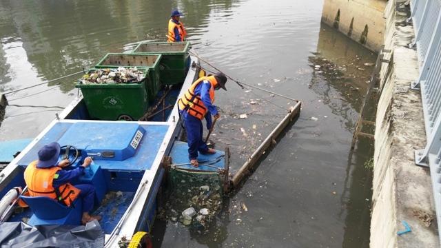 Cá lại chết, nước kênh Nhiêu Lộc đen ngòm, sôi ùng ục - 3
