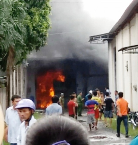 Lửa đỏ bao trùm xưởng dệt ở ngoại ô Sài Gòn - 1