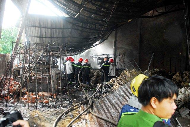 Lửa đỏ bao trùm xưởng dệt ở ngoại ô Sài Gòn - 2