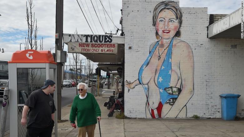 Bức tranh bà Clinton ăn mặc hở hang gây tranh cãi ở Úc - 1