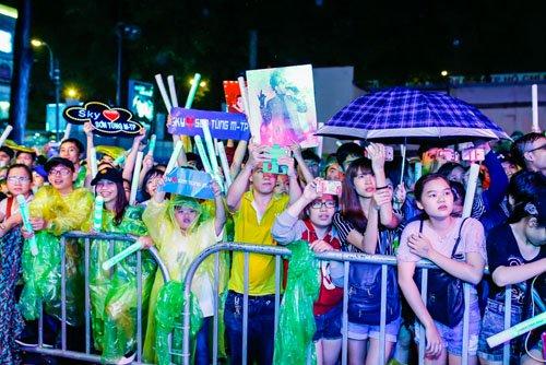 Hàng trăm fan đội mưa xem Sơn Tùng biểu diễn - 1