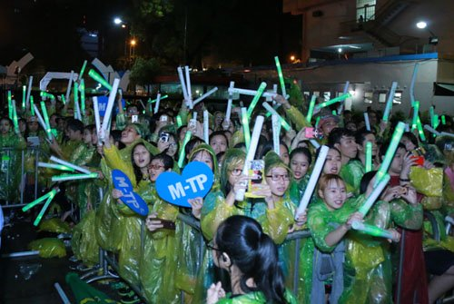 Hàng trăm fan đội mưa xem Sơn Tùng biểu diễn - 2