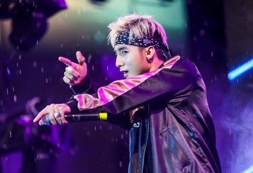 Hàng trăm fan đội mưa xem Sơn Tùng biểu diễn - 3