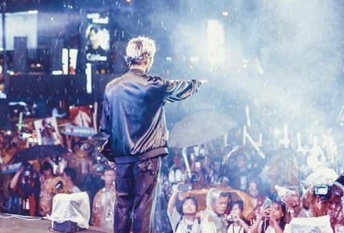 Hàng trăm fan đội mưa xem Sơn Tùng biểu diễn - 6