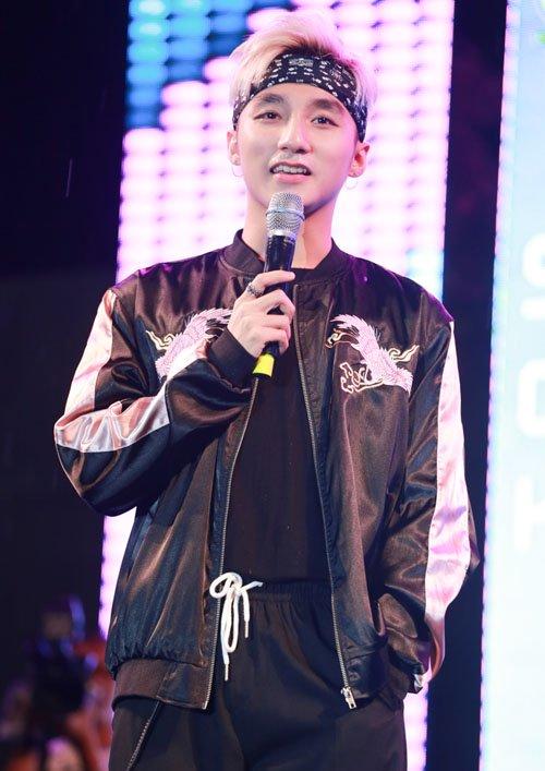 Hàng trăm fan đội mưa xem Sơn Tùng biểu diễn - 7