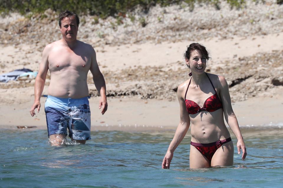 Cựu thủ tướng Anh tắm biển, lộ cơ thể đẫy đà sau Brexit - 1