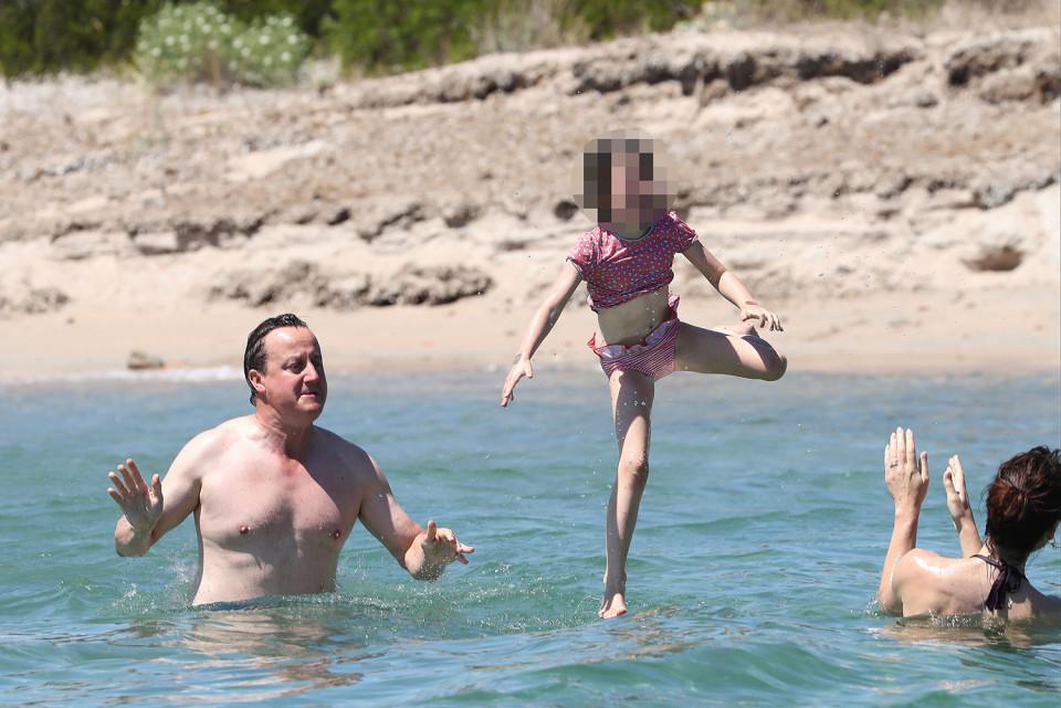 Cựu thủ tướng Anh tắm biển, lộ cơ thể đẫy đà sau Brexit - 3