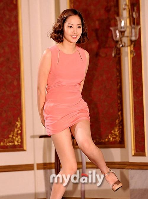 Tình cũ Lee Min Ho khổ sở vì tham diện váy ngắn cũn - 1