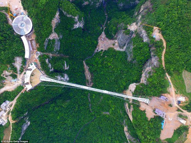 TQ: Rợn người cầu kính vắt vẻo quanh núi cao 1.400m - 4