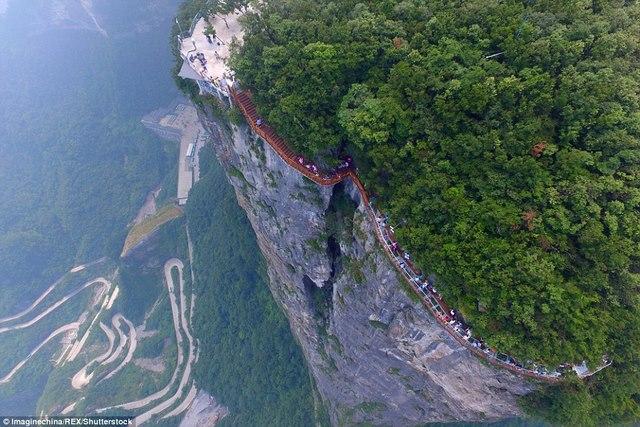 TQ: Rợn người cầu kính vắt vẻo quanh núi cao 1.400m - 1