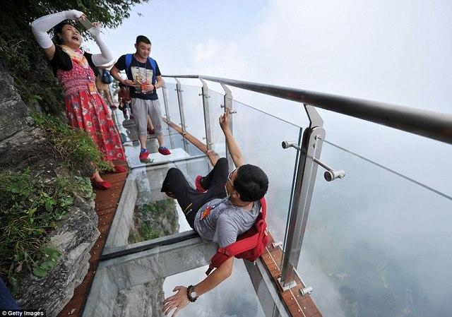 TQ: Rợn người cầu kính vắt vẻo quanh núi cao 1.400m - 5