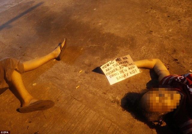 Tờ bìa bên xác trăm tội phạm ma túy ở Philippines ghi gì? - 1