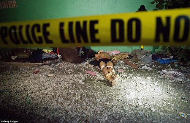 Tờ bìa bên xác trăm tội phạm ma túy ở Philippines ghi gì? - 3