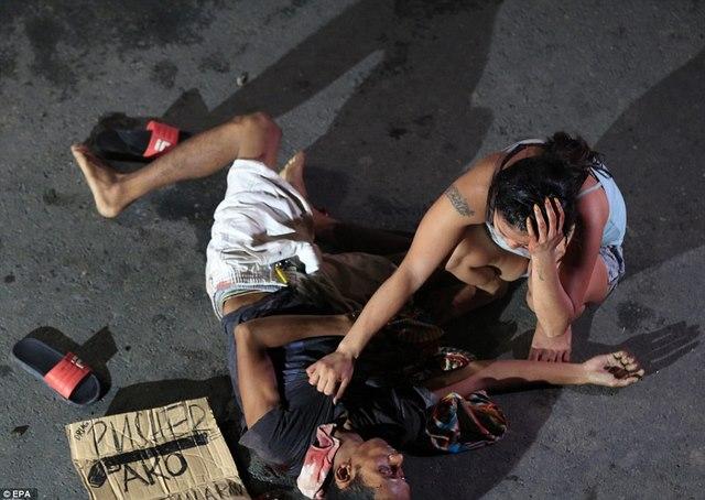 Tờ bìa bên xác trăm tội phạm ma túy ở Philippines ghi gì? - 5