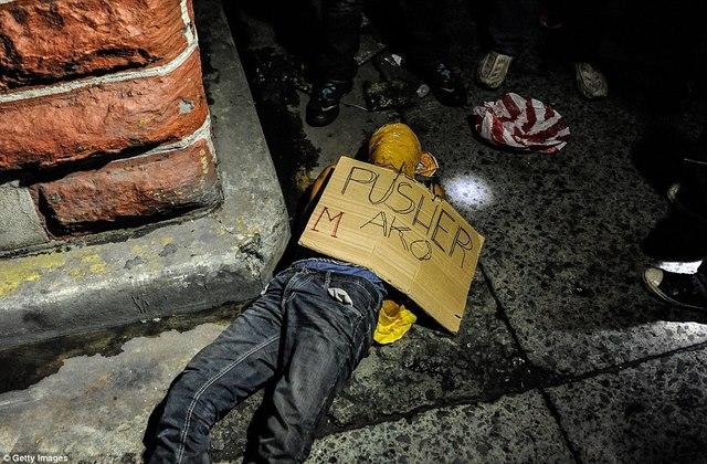 Tờ bìa bên xác trăm tội phạm ma túy ở Philippines ghi gì? - 2