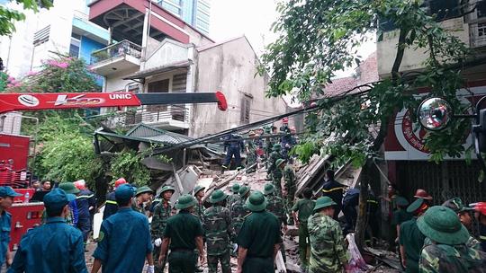 Hà Nội: Sập nhà phố cổ, ít nhất 5 người mắc kẹt - 1
