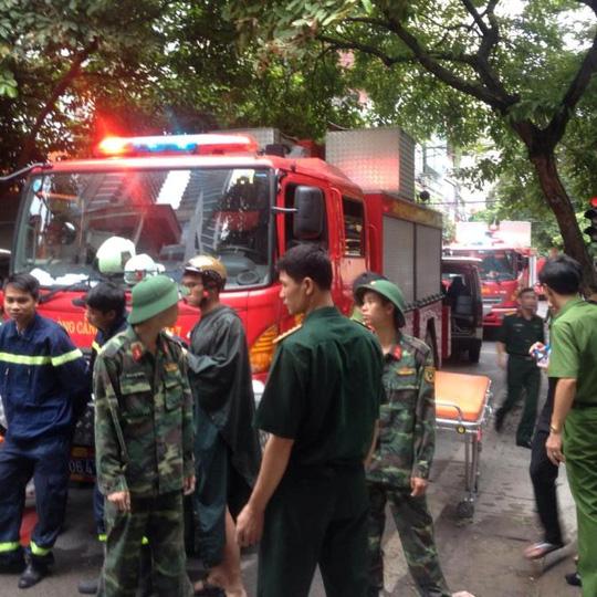 Hà Nội: Sập nhà phố cổ, ít nhất 5 người mắc kẹt - 3