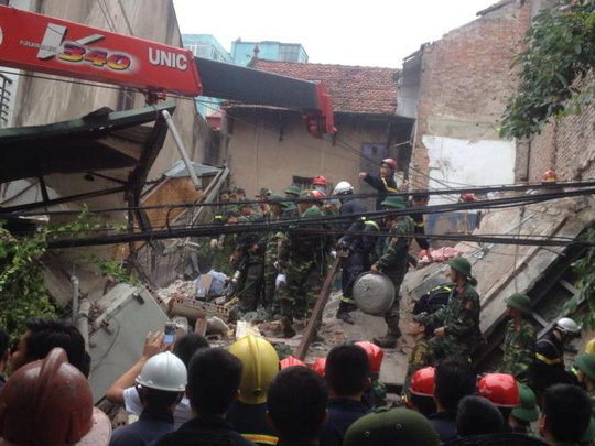 Hà Nội: Sập nhà phố cổ, ít nhất 5 người mắc kẹt - 2