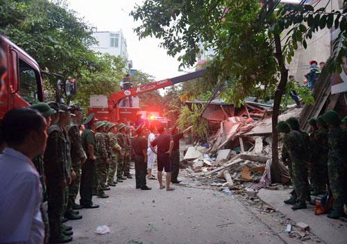 Sập nhà 4 tầng giữa Thủ đô: 2 người tử vong - 8